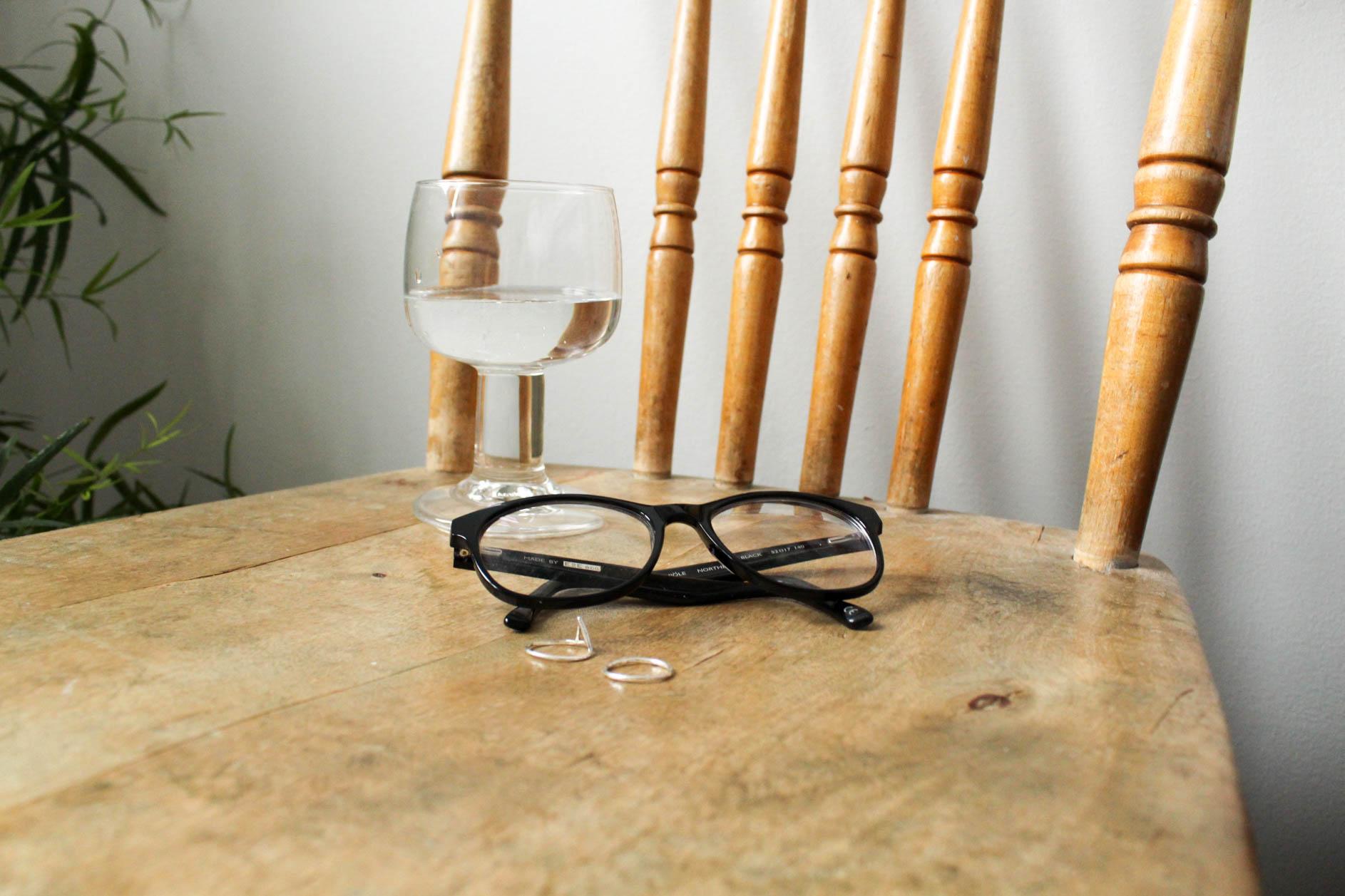 Glasögonen är från E&E eco och modellen heter Sörmjöle. Ringarna är från Wild & Arrow och Silververket, bägge i återvunnet silver.