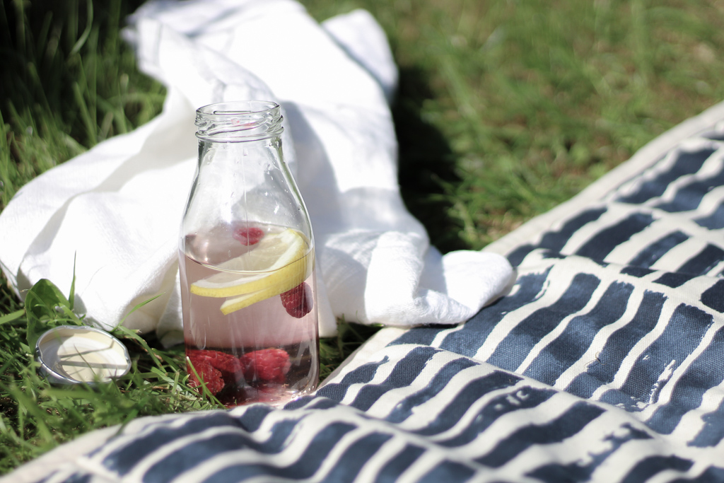 En enkel grej för att spara på engångsplasten är att alltid ta med sig en glasflaska med vatten (eller annan godryck i).