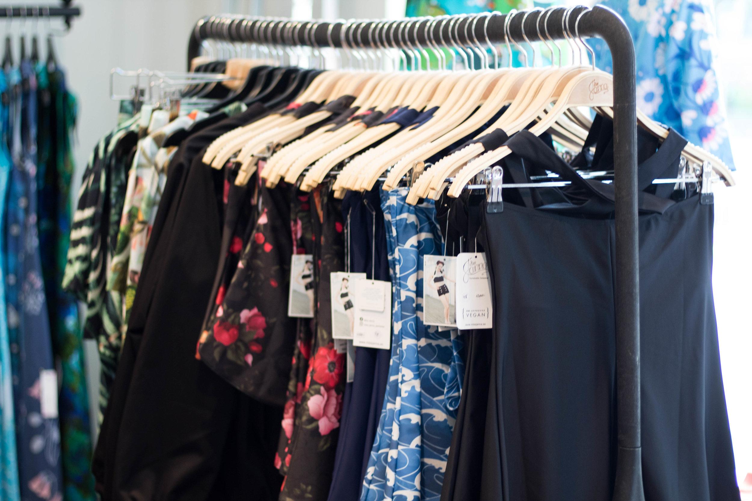 Göteborgsmärket Miss Janna Swimwear gör badkläder i återvunnet material i 40 och 50-talsinspirerade modeller. Perfekt för dig som gillar bikinitrosor med högre midja.