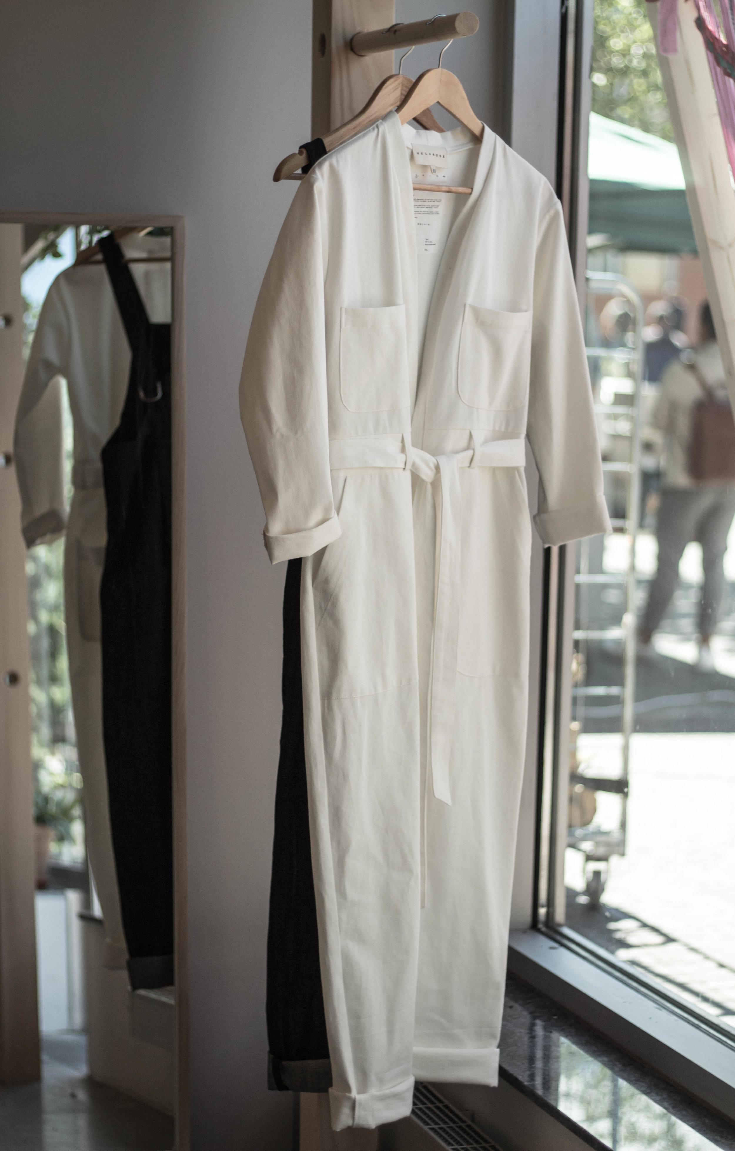 Det som fångade mitt intresse i skyltfönstret var den vita overallen. Fantastisk modell som är tänkt som en unisex-modell.