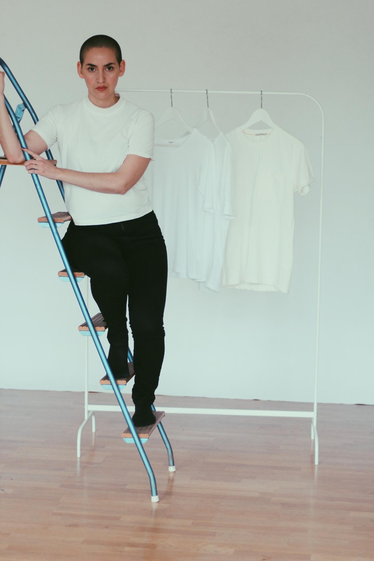 På bilden: Halvpolo i en kortare modell från By Signe och svarta jeans från Nudie jeans.