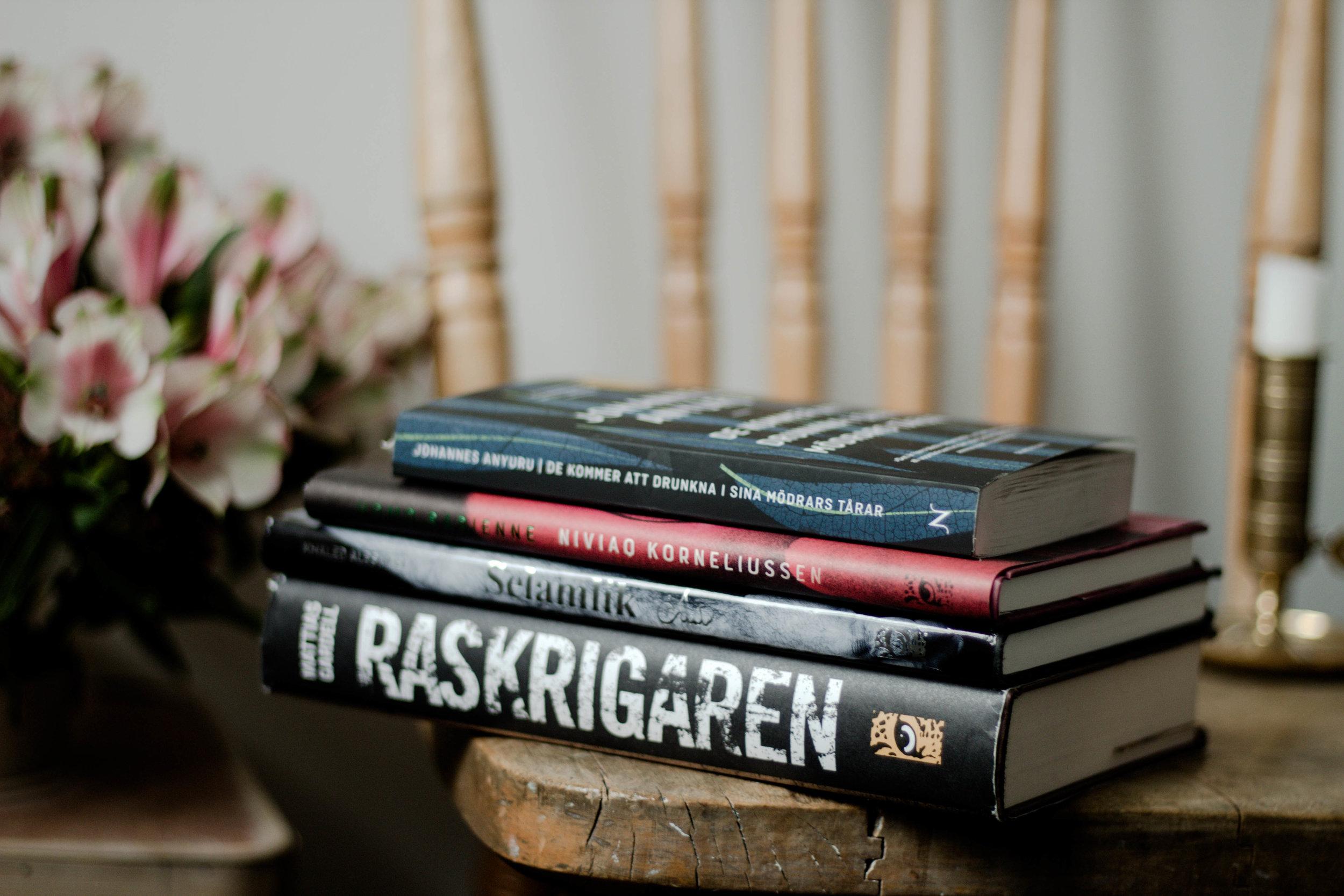 Böcker jag läser eller ska läsa ut under november, som sedan får en annan ägare.