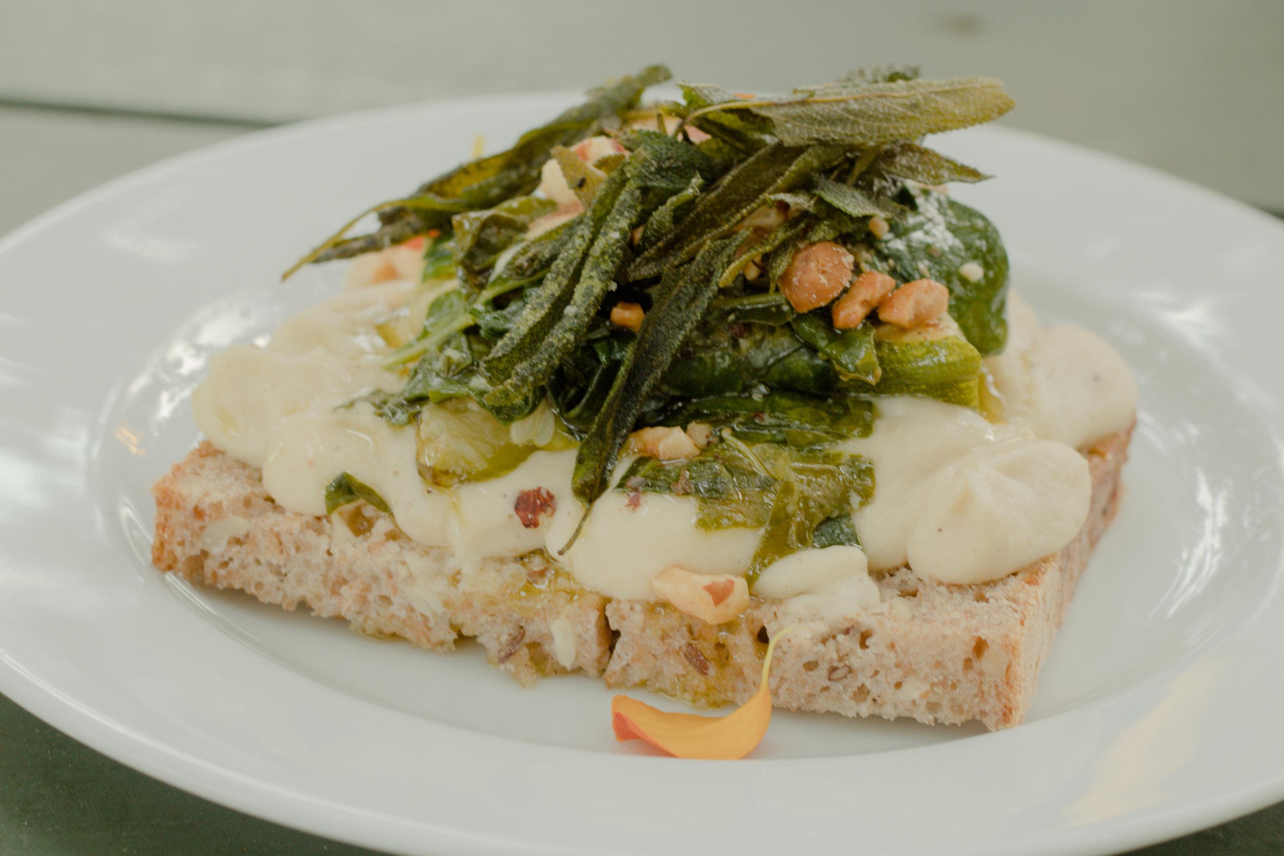 Vegansk macka med vit bönröra, salvia, nötter och annat gott.