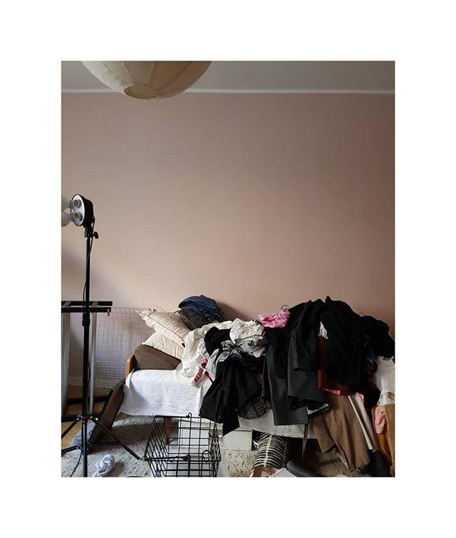 """Behind the scenes. Det är ett riktigt kaos hemma hos mig atm. I söndags kväll fick jag för mig att äntligen ta tag i min klädkammare som varit ett störmoment sen jag flyttade in för 3,5 år sen. Huset är byggt 1966 och lägenheten renoverades innan jag flyttade in, men klädkammaren har varit likadan. Mörk linoleummatta, dålig belysning, klumpig förvaring, dassiga väggar osv. Så jag ba näe, nu kör vi. Rev ut allt som fanns där inne och lastade av det i vardagsrummet. I måndags lånade jag kofot av pappa och slet ut alla hyllor som satt som berget. 💪 I tisdags spacklade jag väggar och målade taket i samma kulör ni ser på väggarna på bilden, alltså kulören """"Balett"""". I onsdags målade jag väggarna vita. Igår torsdag började jag måla golvet med linoljefärg och idag fredag har jag träningsvärk exakt överallt och känner mig extremt irriterad över röran jag ställt till med 😂  Ikväll ska jag sortera och vika kläder, lämna bort till Myrorna och förhoppningsvis är klädkammaren klar snart. Vem mer är taggad på resultatet? P.S ni hittar stories i profilen.  #diyathome #diywalkincloset #minimalistnightmare #minimalisticlifestyle #organizationchallenges #minimalistorganization #minimalism"""