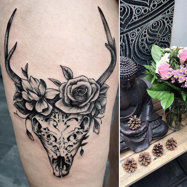 • 🌹 Flowers & deer skull 🦌 •  @walhallatattoo  #tattoo #tattooftheday #skull #deer #inked #legtattoo #blackandgreytattoo #flowers #rosetattoo #inkedgirl #buddha #art #regensburg #tattoostudio #flowertattoo #animal #dead #skulltattoo