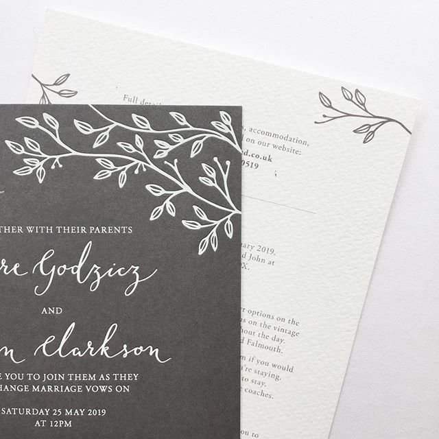 Leafy line details and calligraphy for this smokey grey invitation suite. White foil on @gfsmithpapers are a great combination 😍 #illustratedweddingstationery