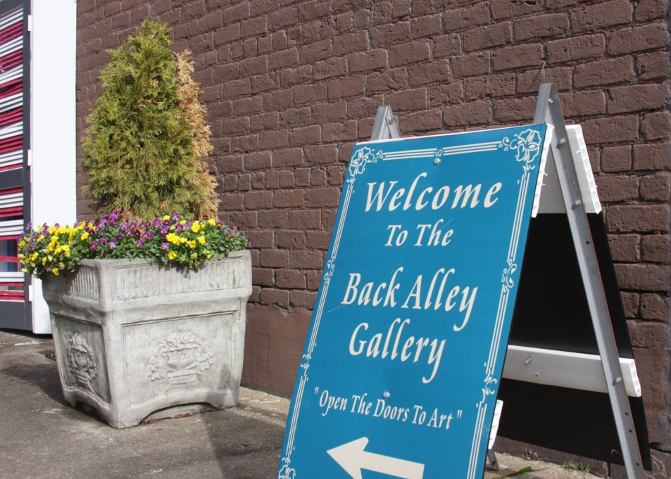 Back Alley Gallery An open-air art gallery, with eclectic lighting, especially beautiful at night. First Street, NE, between Ocoee and Church Streets  Website