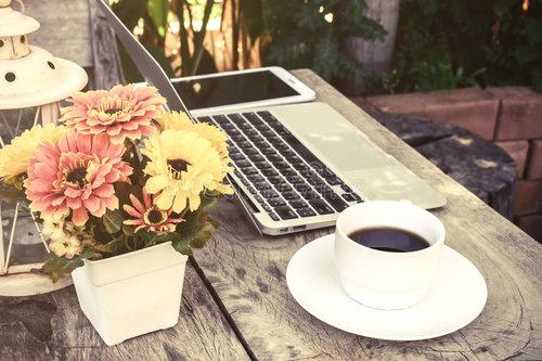 cup-coffee-laptop-wood-floor-flower-vintage-style-53426900.jpg