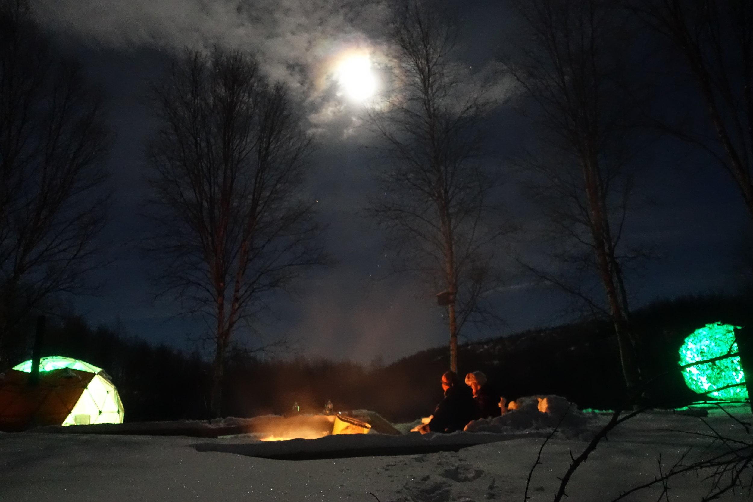 Overnatting kos ved bålet.JPG
