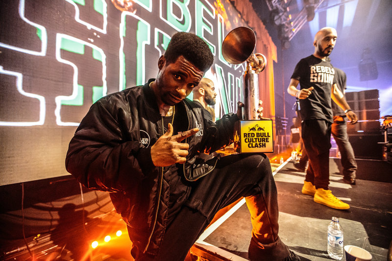 tempa-t-with-his-trophy_800.jpg