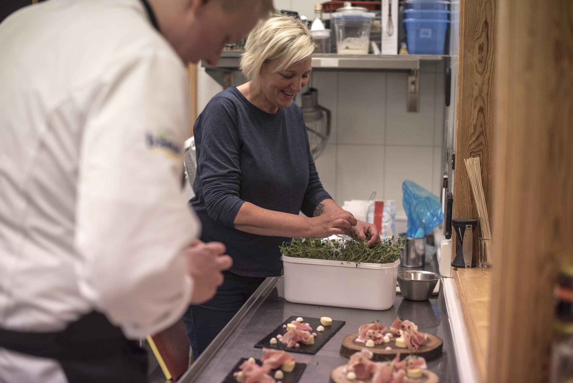 Matglede med råvarer av høy kvalitet - Mat er en viktig del av helhetsopplevelsen for gjestene våre, og vi har hatt engasjerte kokker som har jobbet mye med å lage gode måltider. Lokalt og i regionene rundt oss finner du mange lokale småskalaprodusenter som leverer topp råvarer.Vi er en del av Opplæringskontoret Brimi-Kjøken, et nettverk for kokkelærlinger etter Arne Brimis filosofi. Kjøkkenet på Furuhaugli er moderne og godt vedlikeholdt.