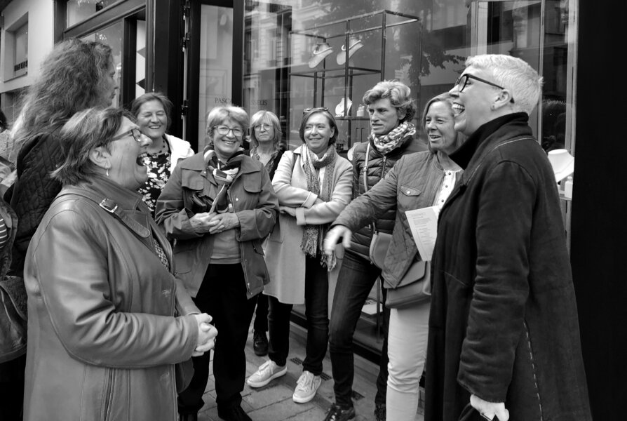 # Guided Tour ' De Gouden Straatjes '   In the heart of Antwerp, our guide will take you to ateliers, jewellery stores and guide you through the unique stories of our designers.   Start at 13:00 // Duration : 1,5u // Price : €15 // Language : Dutch (in case of high demand possible in English) // Tickets :  www.degoudenstraatjes.be/guidedtours       It's also possible to individually walk this tour without a guide!    Download the map    here   .