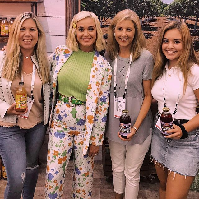 Successful week at Natural Products Expo East!! The Shine Team also got to meet @katyperry who, we are happy to report, will be rehydrating later with a Peach Mango Shine 🍑💦 #KatyPerrydrinkshine ☀️☀️#expoeast #naturalproducts #borntoshine healthyhydration