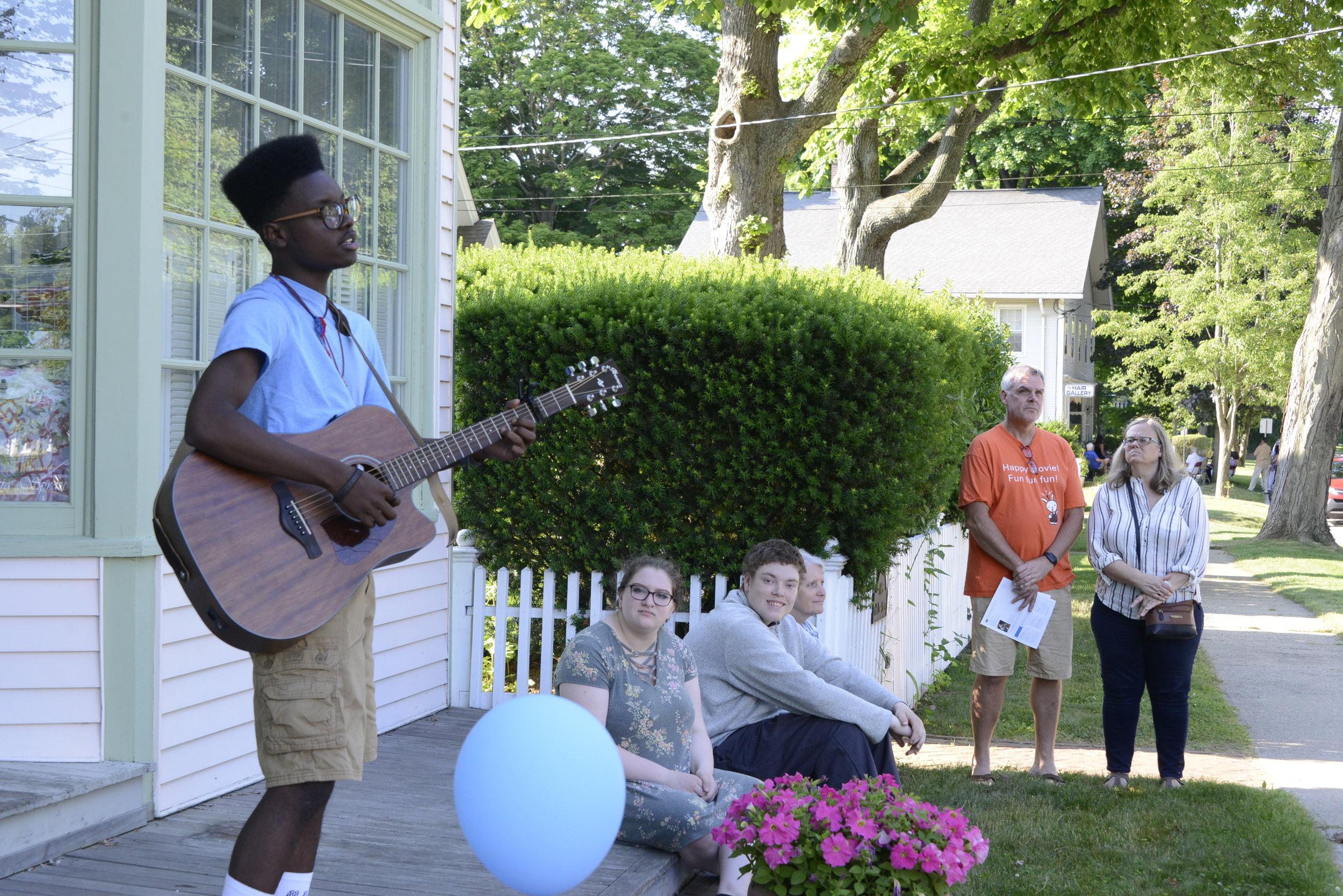 Chris Gregor plays in front of Patricia Spratt for the Home's storefront. Photo by A. Vincent Scarano Photographer.