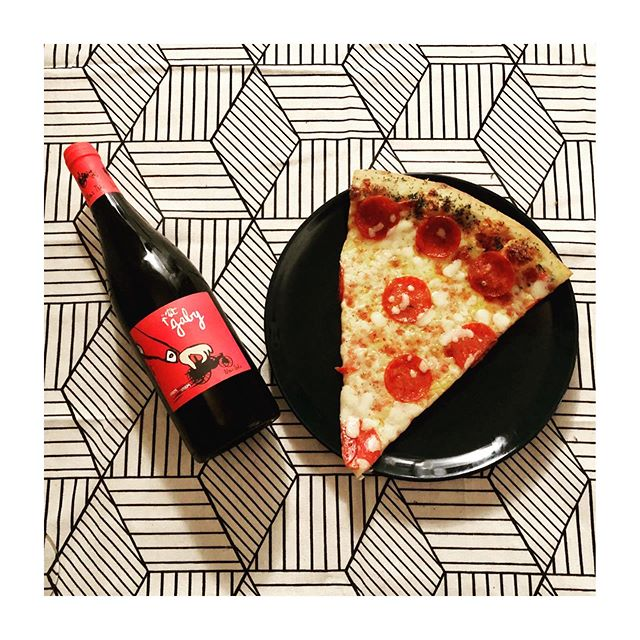 When you crush it at the gym 🚲 because you know there's pizza + red wine waiting for you... @vin_mastheo P'tit Gaby - 40% #grenache 40% #syrah 20% #carignan Biodynamic Vin de France that tastes like 🍒🍓🍫🍄