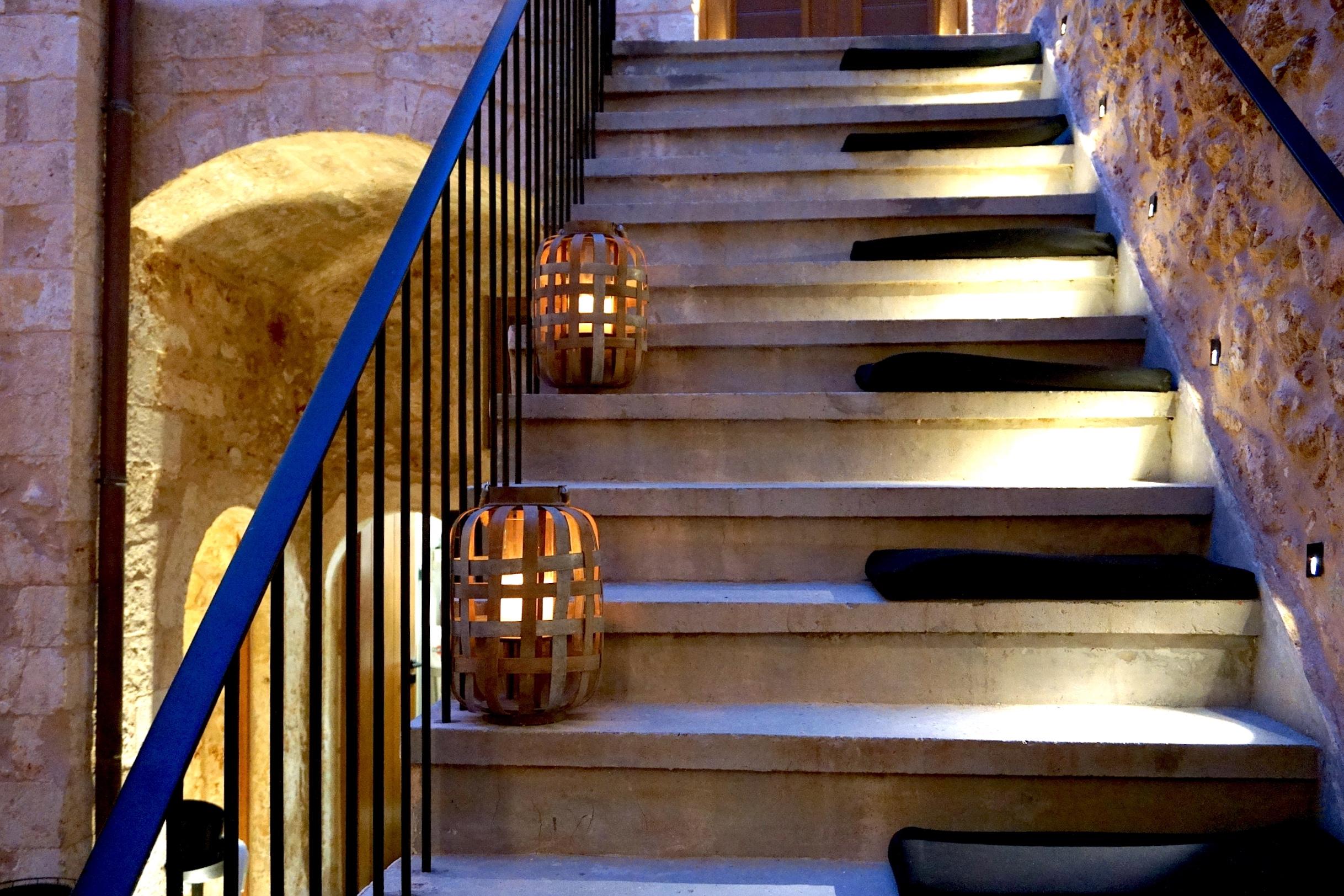 MonEs-Chania-stairs.JPG