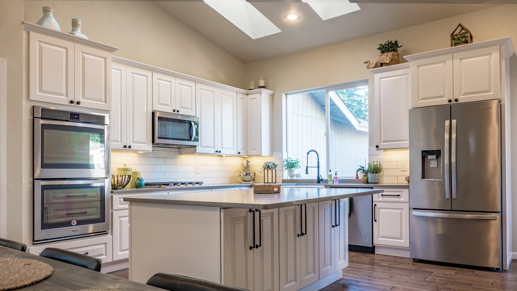 _1960438-HDR-Kitchen-Overview-wide.jpg