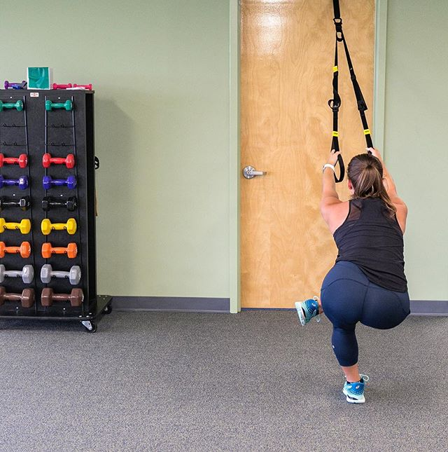 Sometimes it's all about that bass😆and a photographer who likes her curves 😉 @randpdesign #behealthypersonaltrainer #lululemon #TRX #mobility #stretch #jointhealth #buttworkout
