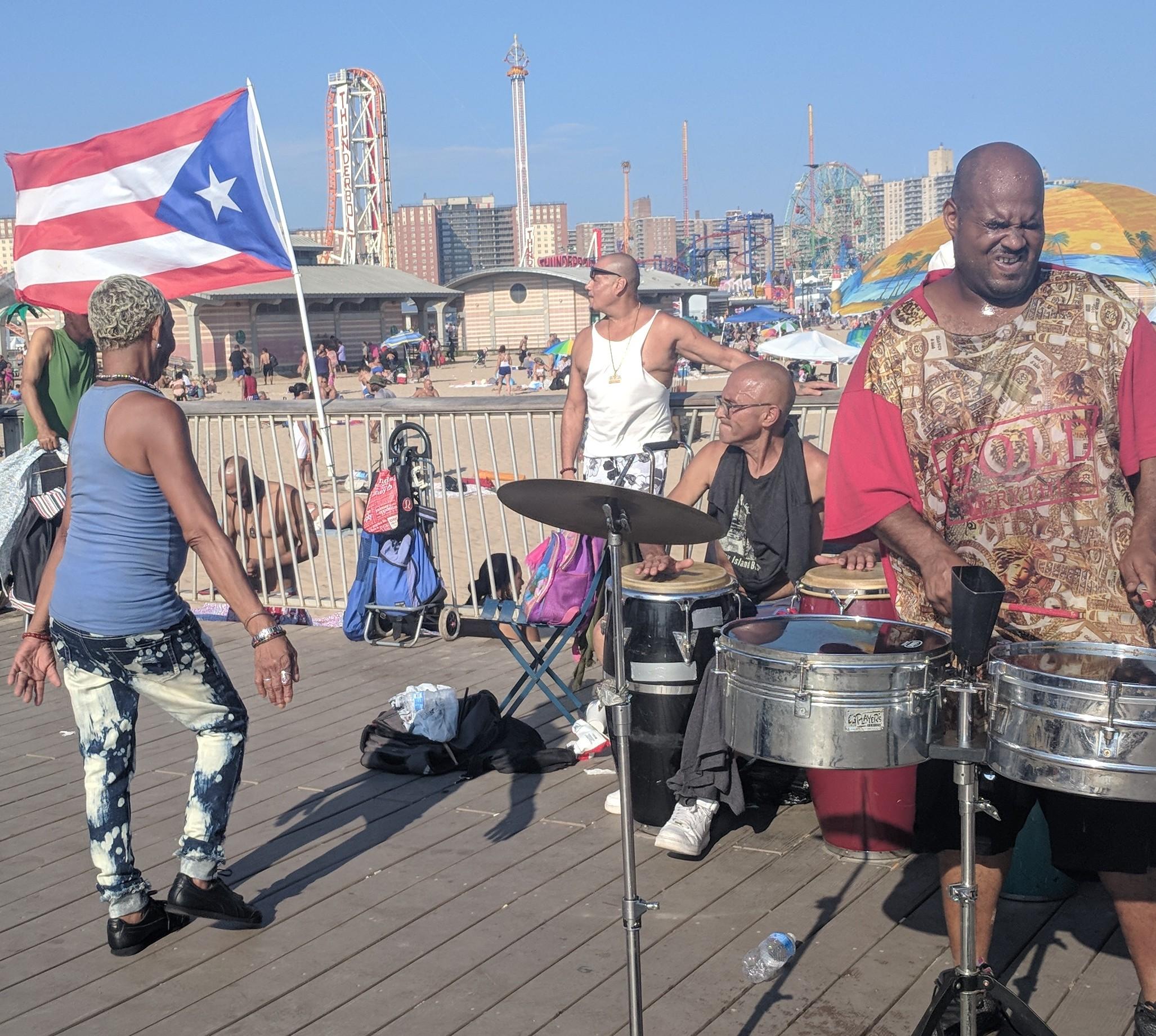 To the left Carlita Vasquez, to the right Juan Albors