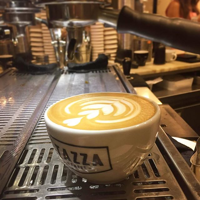 Nada mejor que recargar energias despues de almuerzo con un latte de #tazzaestucasa ⚡️ #specialtycoffee #baristalife #coffeebreak #energia #latteart