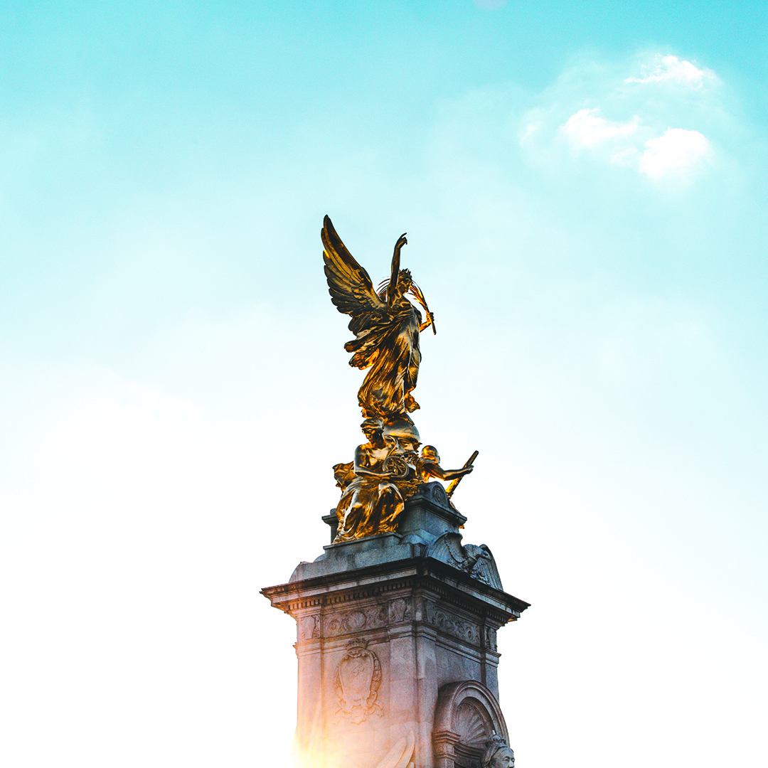 Buckingham Palace Statue.jpg