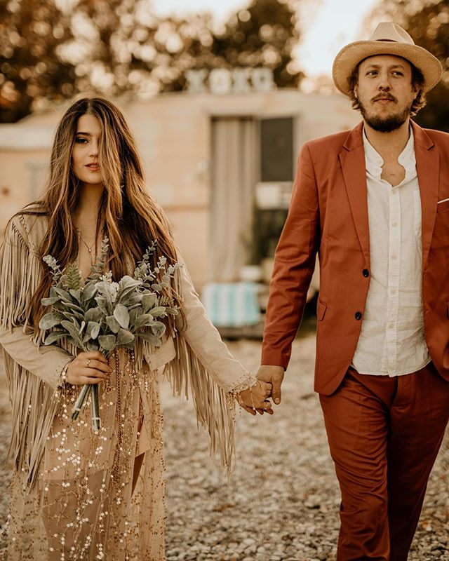 🌵WILD LOVE 🌙 These two rad people have an anniversary today and to celebrate we took these pretty cool pics @flamingosprings  One year down & a lifetime to go🥰  Location: @flamingosprings  Hair: @laurentreatshair  Makeup: @_makemeprettyy