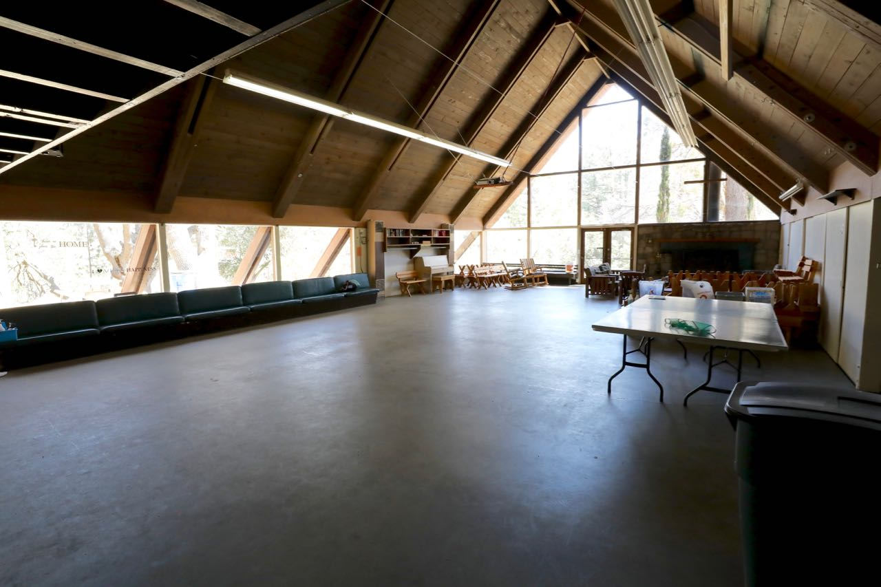 Case Lodge - meeting area - tables and benches are available for full dining