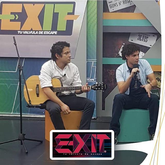 """Cuando fuimos a @exitcanal21 a presentar nuestro vídeo """"Combi al Cuco"""". La pasamos bien y cantamos en acústico 😎  #combi #cuco #yelo #rock #music #combialcuco #tv #television #exit #elsalvadorimpresionante #elsalvador #rockelsalvador #rocklatino"""
