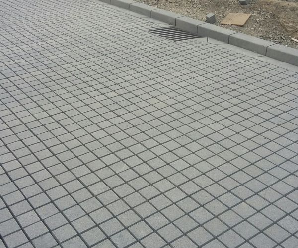 Flamed-Granite-setts-in-new-road-with-sump.-Ungrouted.-34vb5ojmuo1hfr19r7xvcw.jpg
