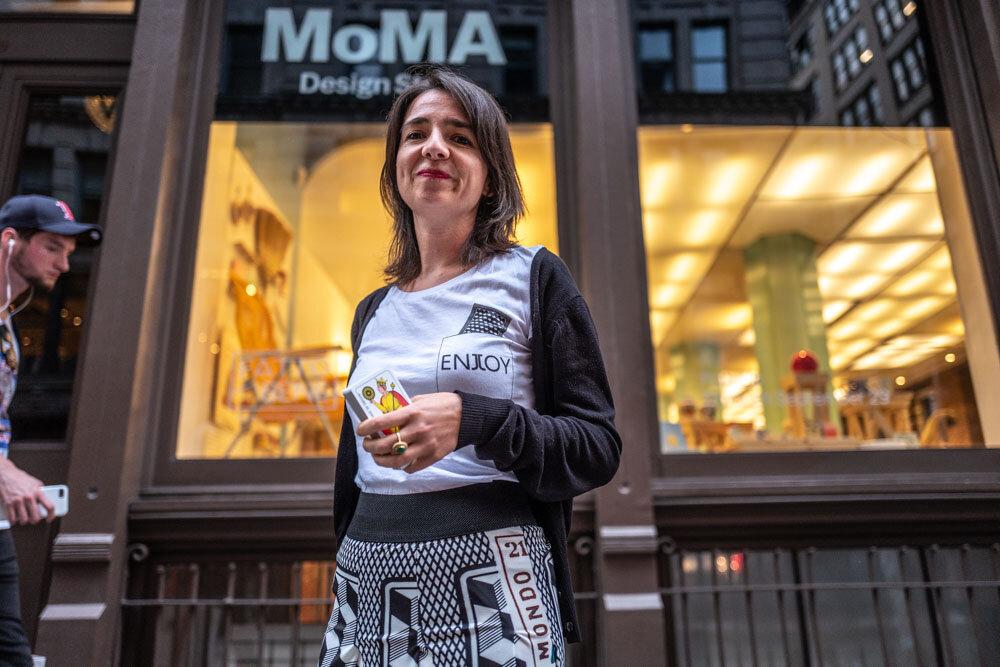 Io e la Regina di Denari di fronte alle vetrine del MoMA Design Store_New York