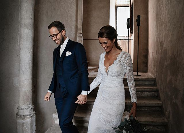 Zojuist de preview van deze stunners aangeleverd! Tom en Esmee zagen elkaar voor het eerst op hun trouwdag in deze mooie kasteeltoren in IJsselstein. Hallo mooi lichtinval! 👋