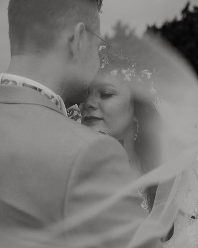 Wat een ongelooflijk lief mailtje kreeg ik van deze bruid afgelopen week, hartverwarmend! Het stel vond het namelijk wel spannend om op de foto te gaan voor de fotoshoot. Logisch, want het is natuurlijk ook niet iets wat je elke dag doet. En na het zien van vele inspiratiefoto's met prachtige bruidjes en modellen wist ze niet of ze zichzelf ook net zo mooi zou vinden op de foto. In het mailtje vertelde ze dat ze zich heel erg op hun gemak voelde bij mij tijdens de shoot en dat ze daardoor mega blij zijn met het eindresultaat. En de bruid.. voelt zich erg mooi op foto's! Ik maak dan stiekem een klein sprongetje in de lucht bij het lezen van zo'n mailtje. Wat een groot compliment! En oh my wat is ze gorgeous! 💕