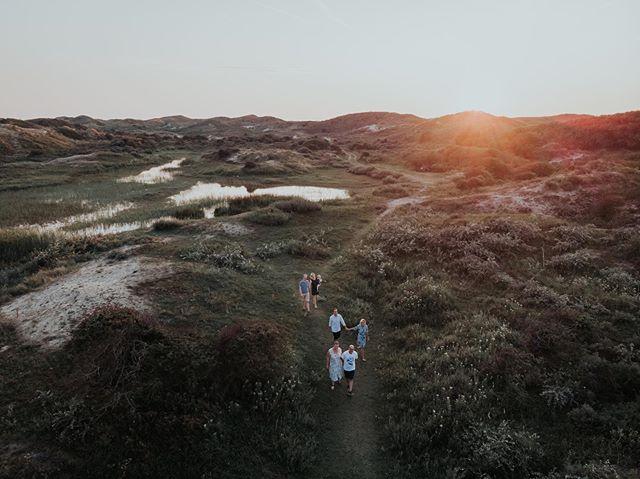 Toen ik mijn vriend vertelde dat ik een familieshoot had in de duinen van Meijendel wilde hij maar al te graag mee om met de drone mooie beelden te maken 🛸 En dat is potverdikkeme goed gelukt! Ik was druk bezig met de shoot en hij vloog daar met de drone omheen. Tof om de verschillende perspectieven te zien! Waar bij ons de zon al achter de duinen was verdwenen kon hij van boven nog een paar super mooie zonnestralen vangen. En wat is Meijendel moohooooi van boven! . . . Foto 1: Jeroen van @dhdrones  Foto 2: @sofie.s.photography  Nabewerking beide foto's: @sofie.s.photography