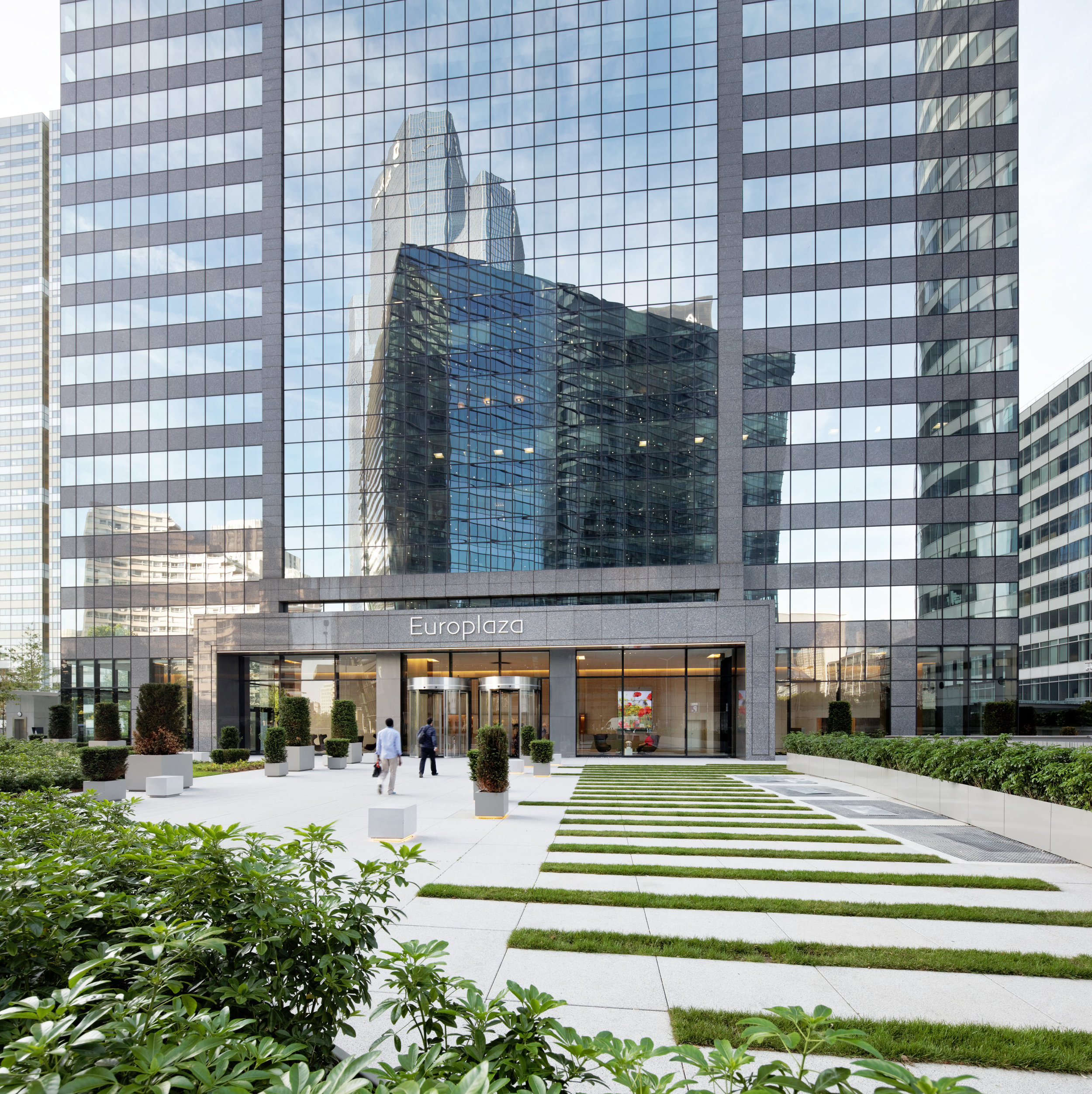 Gardens & Patios / Europlaza Tower, Paris-La Défense   To optimize the use of the unique outdoor spaces of nearly 4,000 sq. meter in Paris-La Défense, our agengy worked at reversing the status of largely under utilized areas.