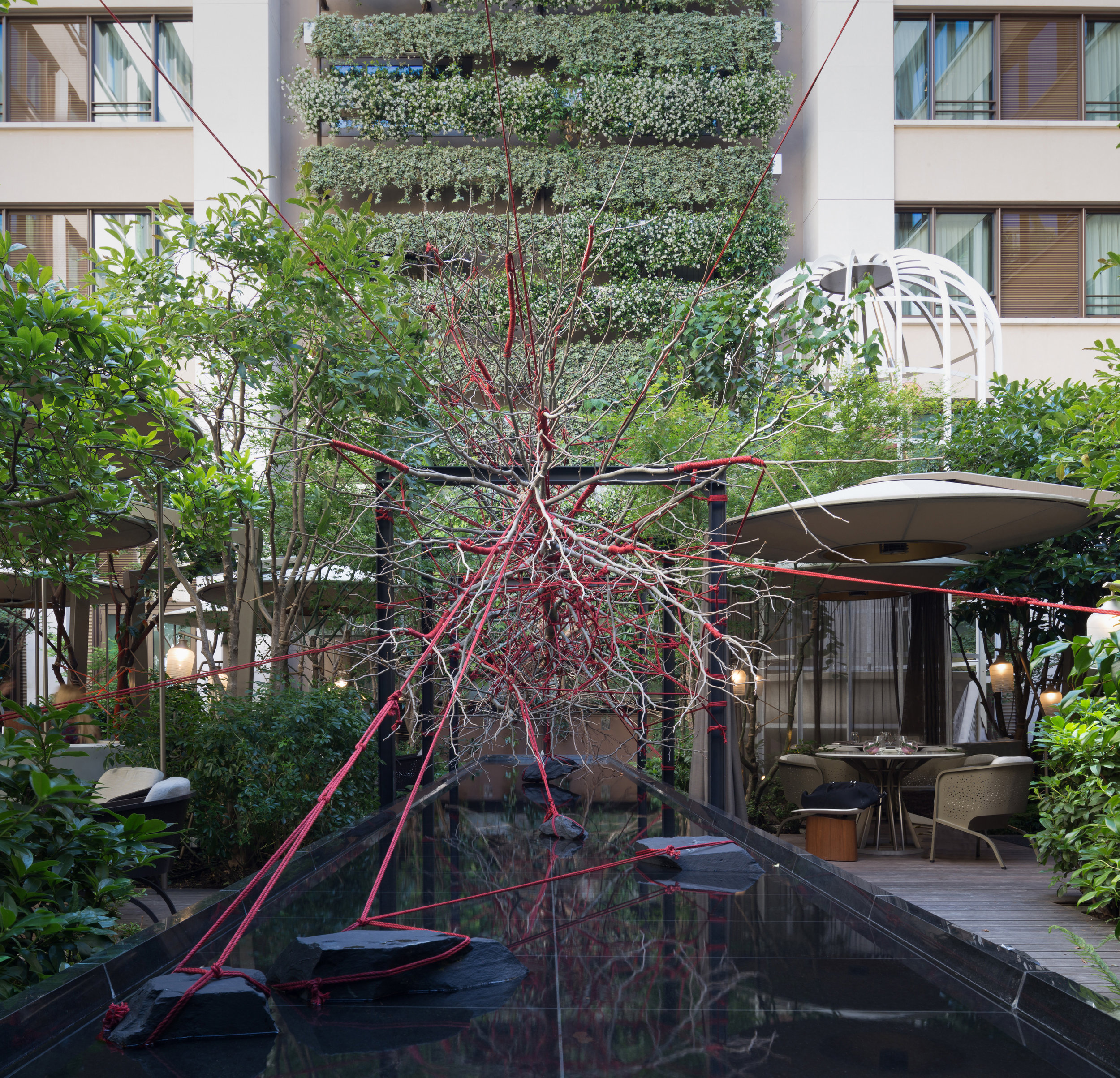 hotel_mandarin_oriental_paris_terraces_gardens_art_installation_the_red_garden_christophe_gautrand_landscape_outdoor_designer_2.jpg
