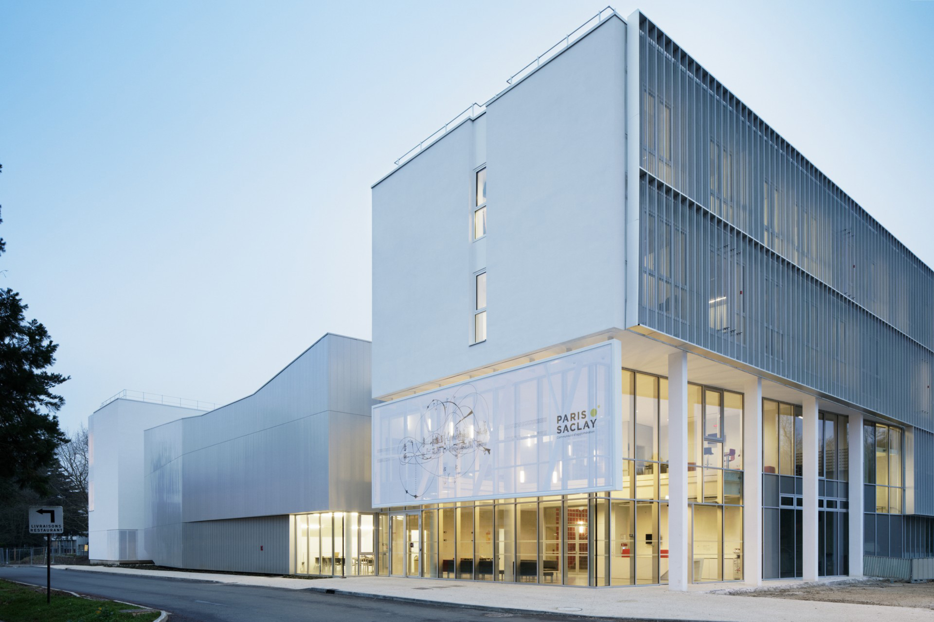 Conservatoire de Théâtre et de Danse / Orsay (91)   Les aménagements paysagers, l'orientation des cheminements et la présence de massifs boisés mettent en scène le nouveau conservatoire d'Orsay et participent à son ouverture vers l'extérieur.