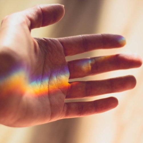 Regenboog hand vierkant.jpg