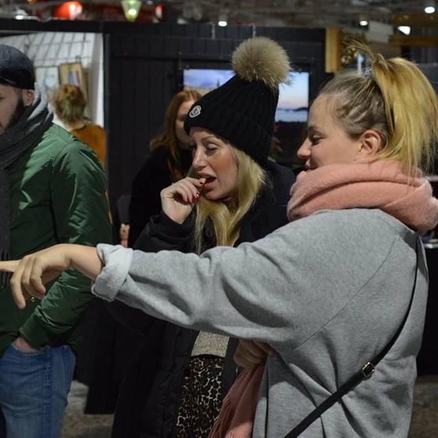Min kära vän Paulina och jag (som pekar haha) på We love gbg. Foto: Givi Rukhadze