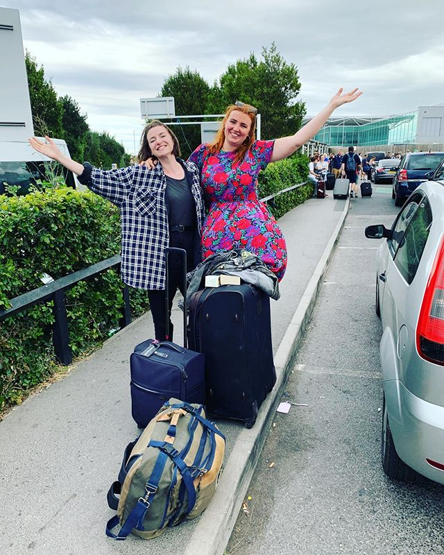 Guess who's luggage went over by 6kg and nearly had to pay £70 extra for their bag? These gals! Instead lovely @easyjet lady suggested a way for us to only have to pay £40. Bit of a bumpy start but we're off to Edinburgh! (The breeze is taking Lily there already.) Can't wait to get there and sleeeeep (watch Love Island) 🎉 @edfringe @sweetvenues