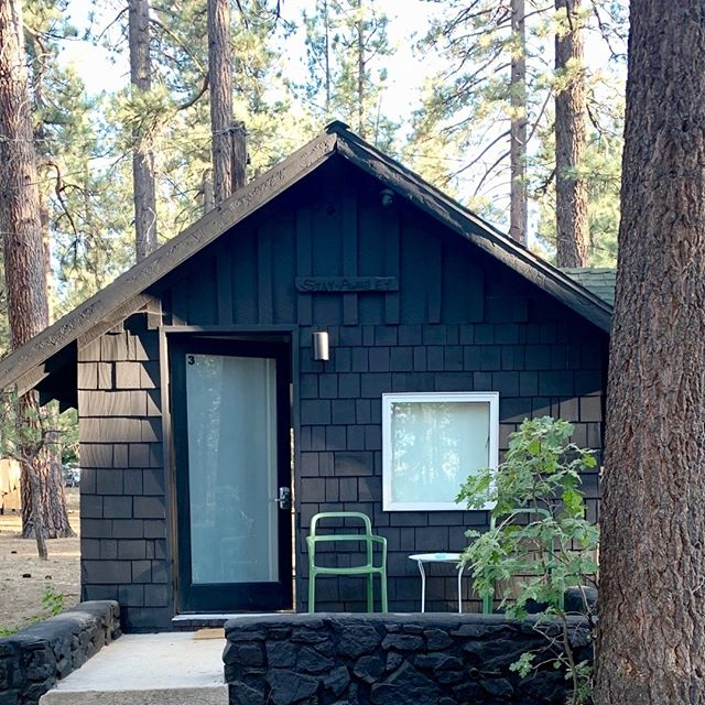 Escaped from air conditioning to this cool little cabin in the 🌲🌲🌲 @coloradolodge in Big Bear.