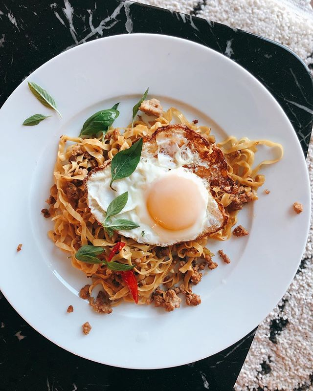 Sunny side up. This is an easier version of Pad Kee Mow topped with Kai Dao, crispy egg. It's essentially Pad Krapow (#ontheblog) with blanched egg noodles. I didn't have fresh rice noodles so I just mixed in egg noddles and an extra dab of oil in the pan away from the heat so they wouldn't stick. . . . . . .  #thaifood#thailand#foodporn#cheflife#hungry#foodie#foodig#feedfeed#seriouseats#dailyfoodfeed#bonappetit#travelig#eater#breakfast#f52grams#feedfeed#huffposttaste#buzzfeast#eeeeeats#thekitchn#foodandwine#vscofood#foodnetwork#foodstyling#foodphotography#vscofood#lifeandthyme#eater#heresmyfood#food52#eattheworld#tastingtable