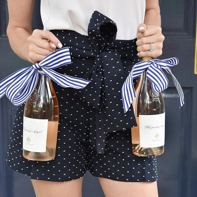 Add festive ribbons to the bottles for your hosts this Memorial Day 🇺🇸 // A great big CHEERS to our service men and women today, including a future serviceman (my little bro) who is heading to OCS this summer! // . . . Shorts are 40% off from @jcrew. Shop the @jcrew MDW sale before it ends tonight!