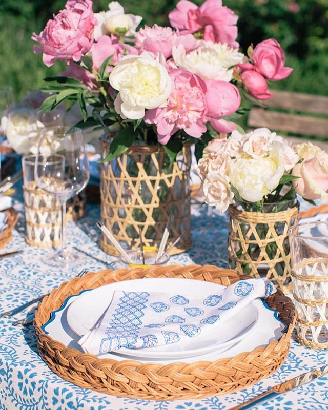 I'm so inspired by this tablescape designed by @palmbeachlately using some of my favorites from @lindrothdesign and @indiaamory 🌸 I love how they used hurricanes as vases! #repost