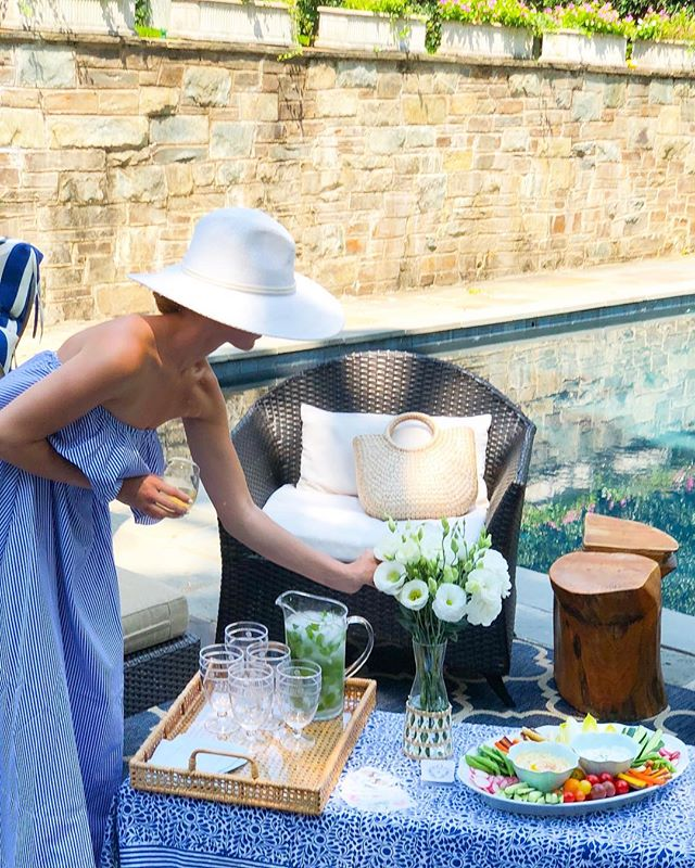 Casual poolside entertaining essentials on the blog today 🌿 Link in bio.
