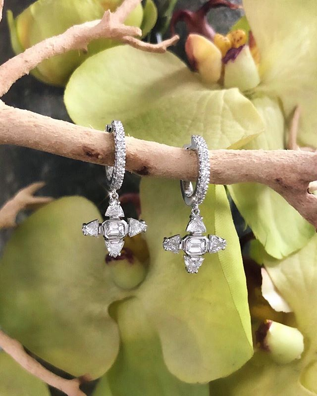 Today's forecast is icy with a chance of diamond snowflakes ✨❄️💫 #normancovan #holiday2018 ・・・ . . . . #holidays#love#diamond#snowflake#earrings#details#18k#gold#whitegold#beautiful#bridal#bride#engaged#diamonds#gorgeous#chic#sparkle#christmas#bling#handmade#jewelry#losangeles#jeweler#everyday#luxury#luxurylife#finejewelry#madeinla