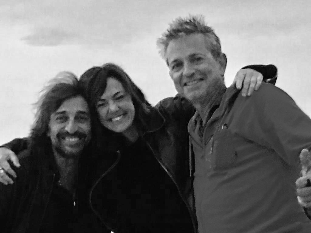 Antonio Carmona, Claudia Brant, Pedro Lazaga. Filmación video de Ni Blanco ni Negro. Cádiz, España octubre 2018