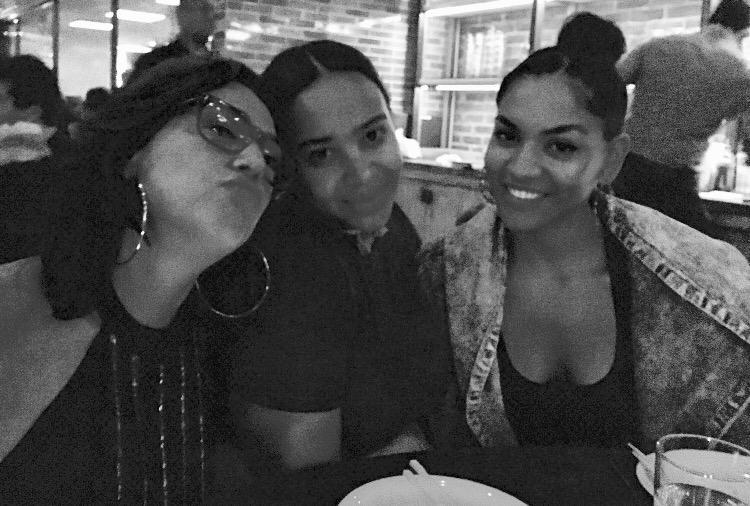 Claudia, Zoila Darton, Lisenny. Festejo cena cierre album. Los Angeles