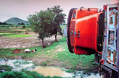 After an Accident , Grand Truck Road, Bihar, 1991 © Succession Raghubir Singh
