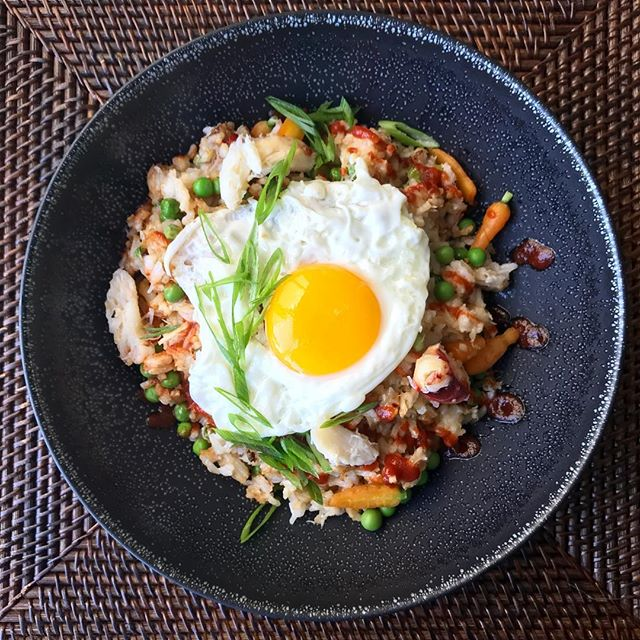 Nasi Goreng : Indonesian fried rice with dungeness crab, petite carrots, peas, fried egg and sriracha 🦀🌱🥕🐣🐓🍚 #instafood #instayum #cheflunch #nasigoreng #friedrice #foodporn #foodstagram