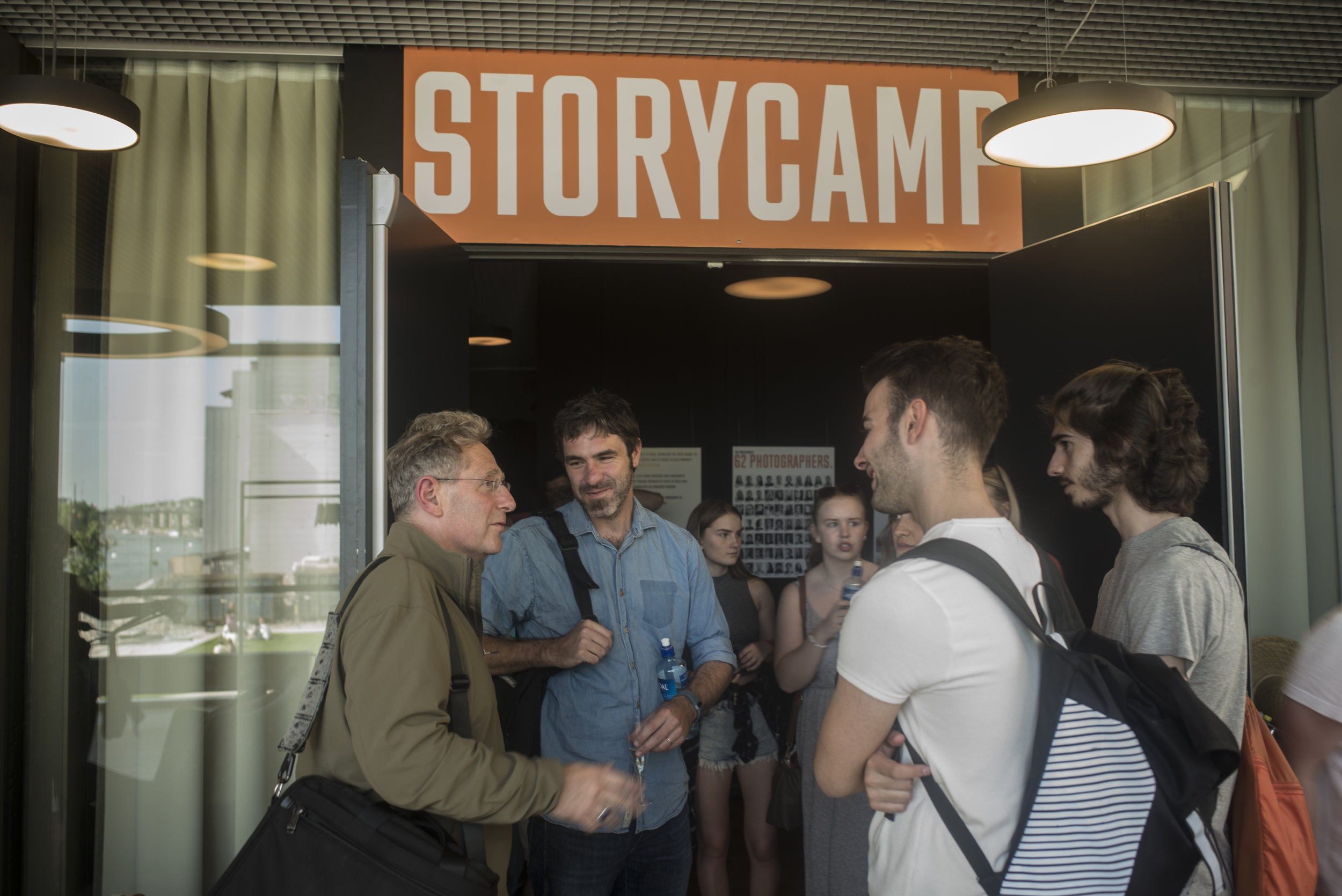 STUART FRANKLIN OF MAGNUM PHOTOS, MARKEL REDONDO FROM PANOS PICTURES TOGETHER WITH SPANISH AND NORWEGIAN STUDENTS OUTSIDE THE STORYCAMP EXHIBTION AT LITTERATURHUSET IN FREDRIKSTAD 2016. PHOTO: ARLY DALE